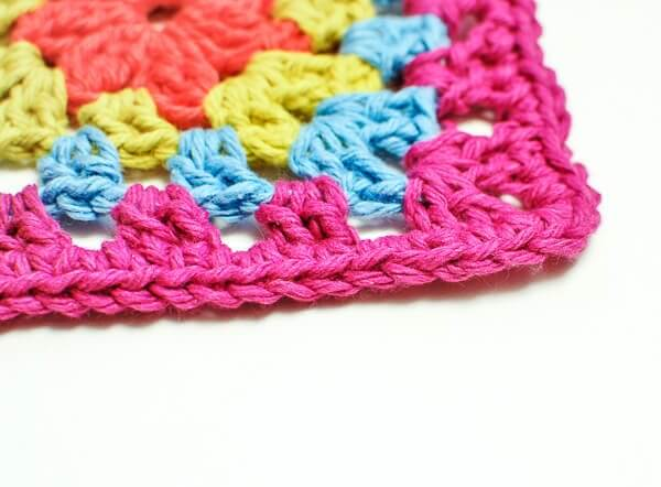Invisible Join Technique ... Can you find the join? Learn this simple yet invaluable trick to expertly finish your crochet | www.petalstopicots.com | #crochet