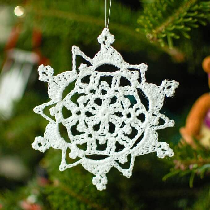 Although this Pretty Picot Snowflake Pattern is only 5 rounds the design appears to be much more intricate. My favorite part of this snowflake is the alternating triangular and picot points. Make up a bunch to decorate your home, hang in your window, or dress your Christmas tree ... they are also great to top off a gift! #petalstopicots