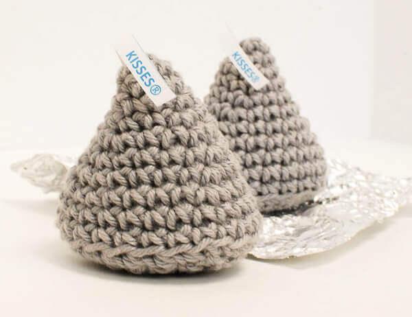 Crochet Hershey Kiss Pattern | www.petalstopicots.com | #crochet #ValentinesDay #kiss