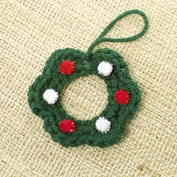 Wreath Free Crochet Pattern | www.petalstopicots.com | #petalstopicots