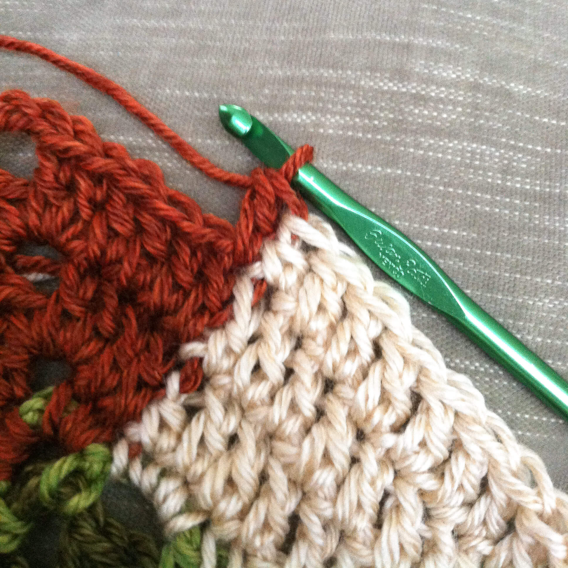 How to Seamlessly Change Colors in Crochet | www.petalstopicots.com