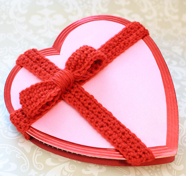 Decorate a Plain Valentine's Box with this Crochet Bow Pattern | www.petalstopicots.com  | #crochet #Valentine #VanlentinesDay #bow