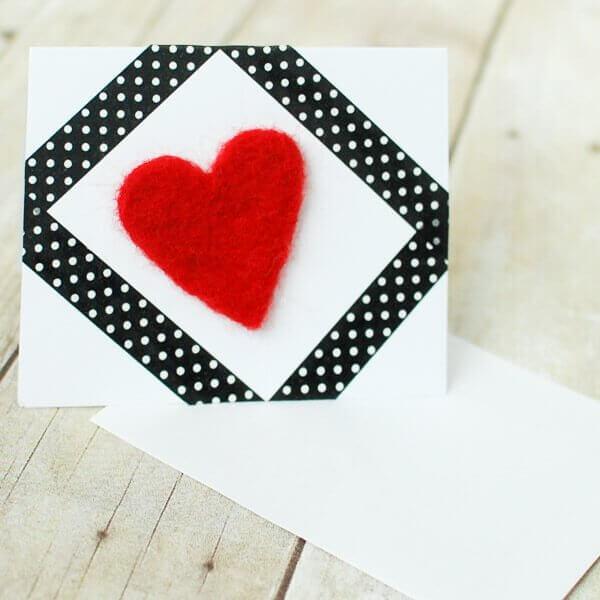 Needle Felted Heart Valentine's Day Card | www.petalstopicots.com | #felting #needlefelt #needlefelting #valentinesday #valentine