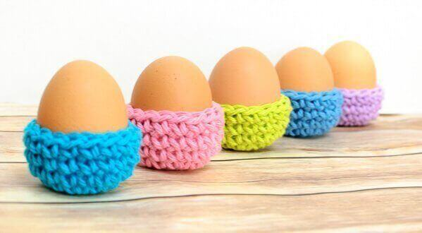 Easter Egg Cozy Crochet Pattern | www.petalstopicots.com | #crochet #Easter #cozy #egg #decor
