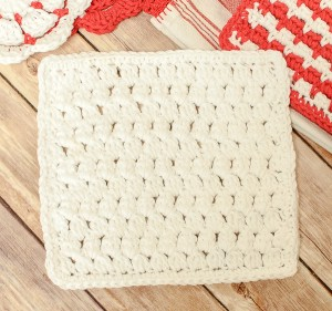 Cluster Stitch Crochet Dishcloth Pattern | www.petalstopicots.com | #crochet #dishcloth #washcloth #kitchen #pattern