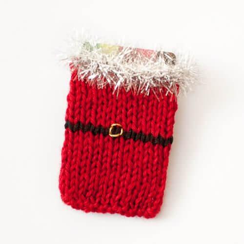 Free Santa Knit Gift Card Holder Pattern | www.petalstopicots.com |#knit #Christmas #giftcardholder