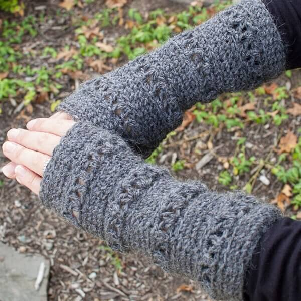 V-Stitch Wristwarmer Crochet Pattern www.petalstopicots.com #crochet #wristwarmers
