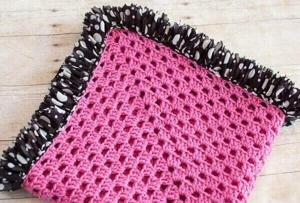 Ruffle Edged Crochet Baby Blanket Pattern | www.petalstopicots.com