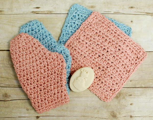 This crochet washcloth and bath mitt set works up quickly and makes a great gift!