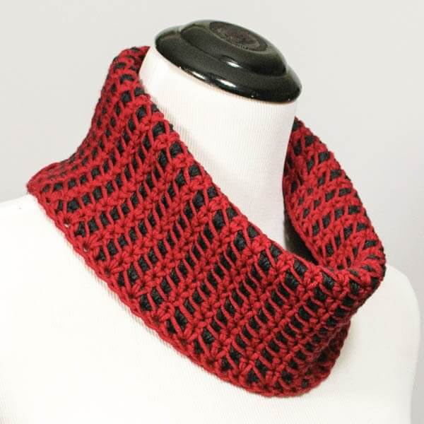 Reversible Colorplay Cowl Crochet Pattern | www.petalstopicots.com | #crochet