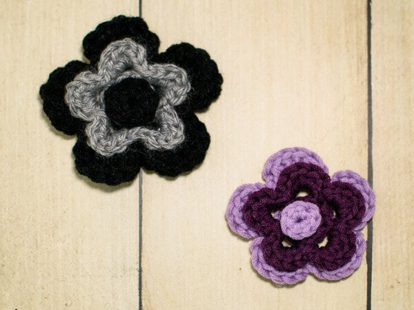 This flower crochet pattern features two sizes of flowers stacked with a small circular center. I love the two-color look here but think they would look just as great in just one color or even three. #petalstopicots