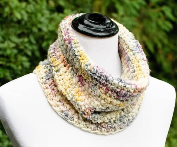 Chunky Crochet Cowl Pattern ... Perfect for Beginners! | www.petalstopicots.com | #crochet #fiber