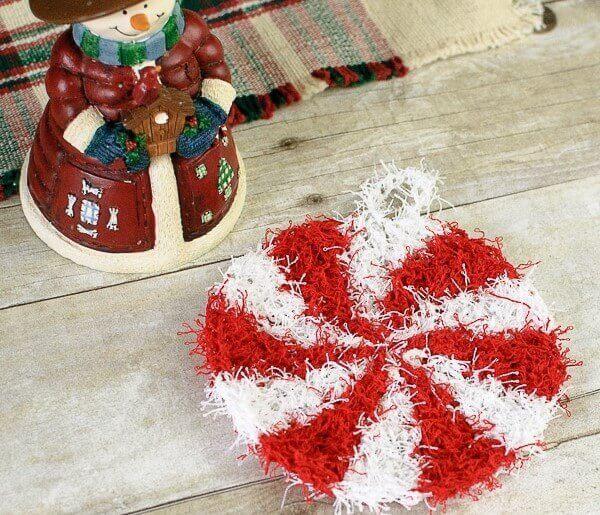 Christmas Peppermint Crochet Scrubby Pattern | www.petalstopicots.com