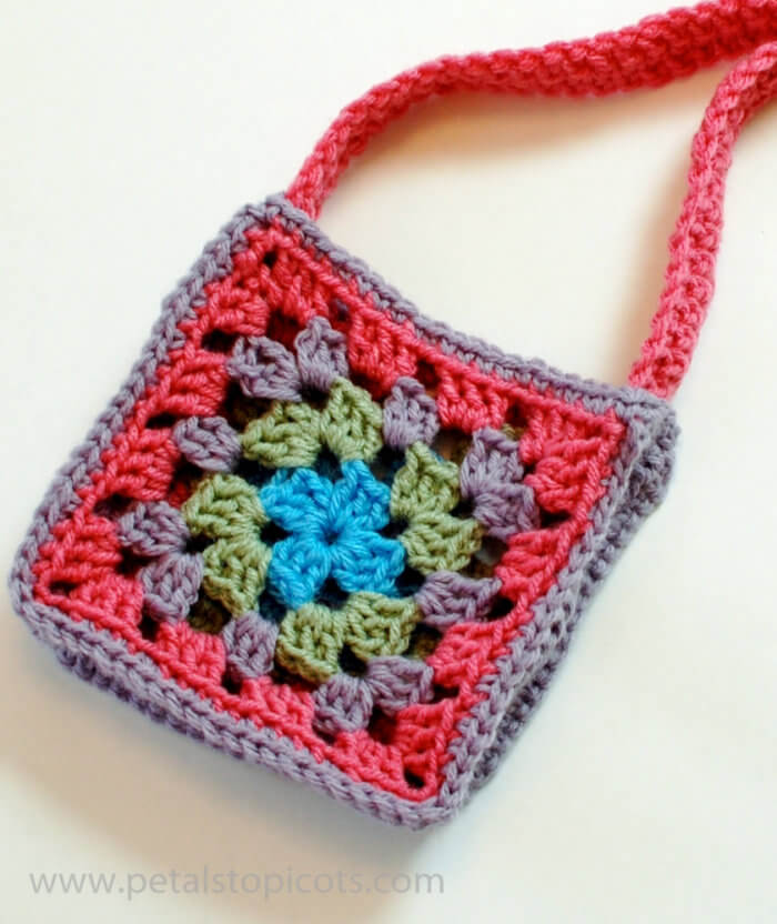 Use two crochet granny squares to make this adorable granny bag